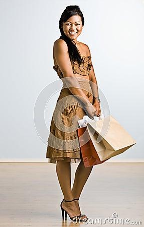 拿着购物妇女的亚洲袋子