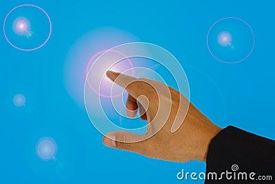指向照明设备的手。
