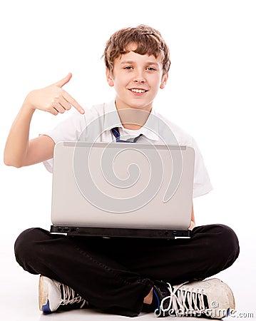 指向膝上型计算机的少年