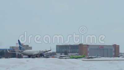 接近在托尔马切沃机场在新西伯利亚,俄罗斯联邦的波音737-86N VQ-BMP 影视素材