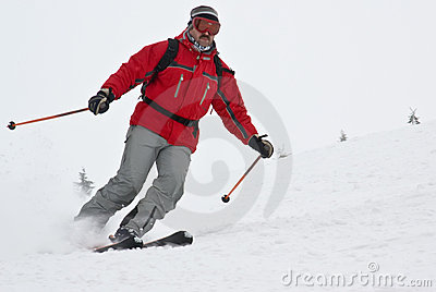 接近的快速山移动滑雪者