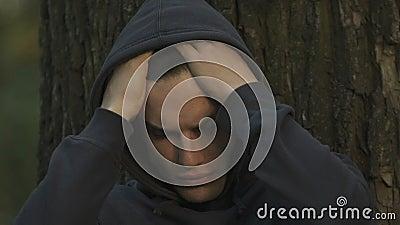 掩藏在公园的沮丧的青少年,遭受胁迫,通信问题 影视素材