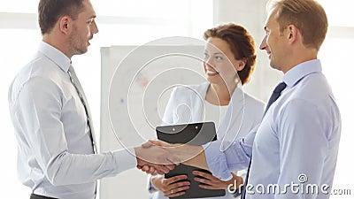 握他们的手的两个商人