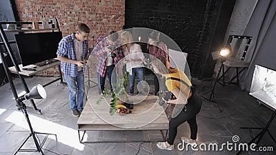 摄影大师班、带相机和手机的摄影师用照明设备拍摄水果和鲜花 影视素材