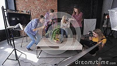 摄影棚摄影、专业团队在桌上拍摄水果和古董相机,背景照明设备 影视素材