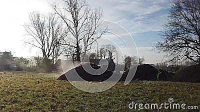 摩尔斯,德国- 2019年1月18日:肥料蒸在领域的堆 股票录像