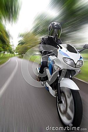 摩托车骑士加速