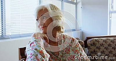 放松在老人院4k的活跃白种人资深妇女正面图  影视素材