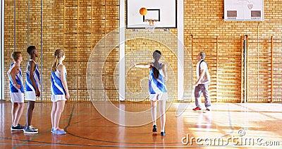 教练良师在篮球场4k的高中孩子 股票录像