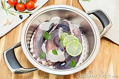 新鲜的未煮过的章鱼