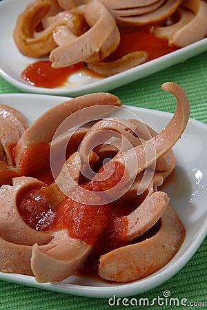 新鲜的番茄酱倒的香肠