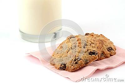 新鲜的被烘烤的曲奇饼用牛奶