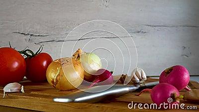 新鲜蔬菜不同形式在厨房用桌上显示 股票视频