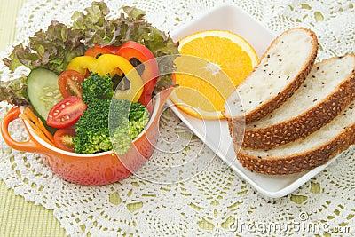 新鲜蔬菜色拉盘用全麦面包.图片