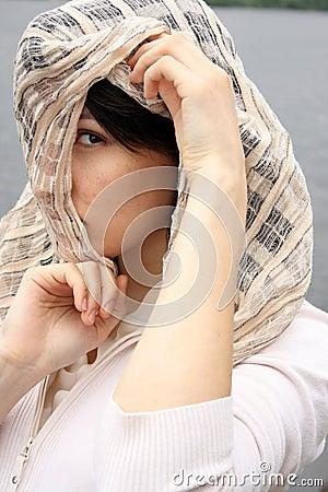 方巾的妇女
