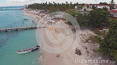 无人机在沙滩上拍下桥,人们步行 影视素材
