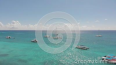 无人机在靠近天堂海岸的水上开枪 股票视频