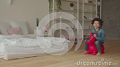 无忧无虑的混合赛马儿童跳上充气玩具 股票视频