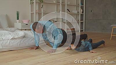 无忧无虑的父子在家锻炼俯卧撑 股票视频