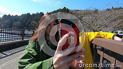 日本母亲在箱根与女儿自拍照 影视素材