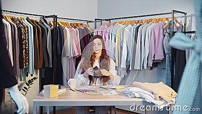 时装设计师生活方式女性造型师陈列室 股票视频