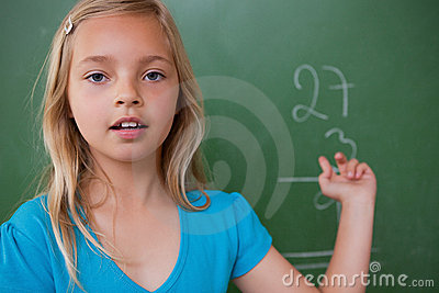 显示她的结果的小女小学生