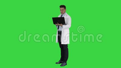 显示结果在一个绿色屏幕上的膝上型计算机,色度钥匙的医生 股票视频