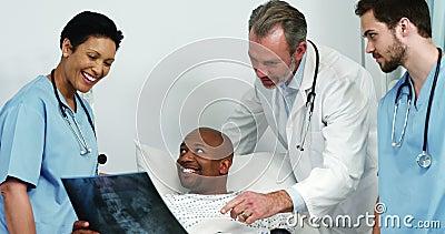 显示X-射线的医生向患者报告 影视素材