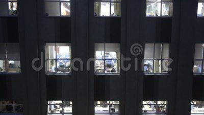 晚工作在信息技术公司大厦