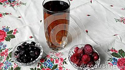 水晶饮料果子玻璃 在杯的莓果果汁饮料附近 股票录像