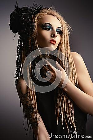 哥特式样式 方式 化妆用品,发型 纹身花刺.图片