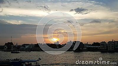 曼谷市地平线, Timelapse,在昭披耶河地平线,日落天空背景,跑o的长尾巴小船的美好的日落 股票视频