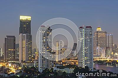 曼谷都市风景。曼谷在暮色时间的河视图