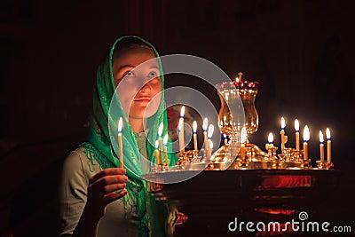 有一个蜡烛的女孩。