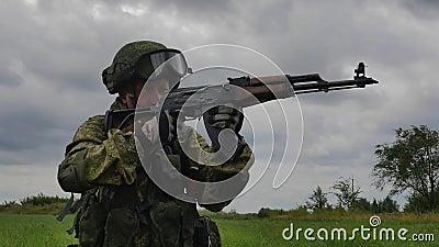 有一挺机枪的俄国战士在目标HD的一次军事射击距离射击 影视素材