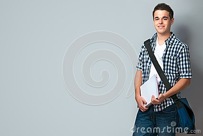 有书包的微笑的少年