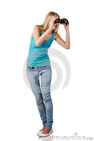 有双筒望远镜的女性