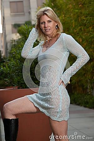 有吸引力的四十年代白种人白肤金发的妇女