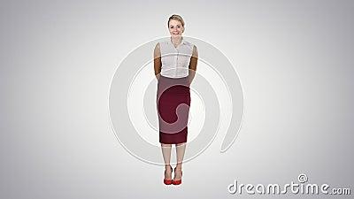 有吸引力的害羞的女实业家身分和看对在梯度背景的照相机 影视素材