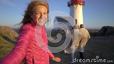 有她的带领她的丈夫的大家庭的少妇走往岩石北海滩 影视素材