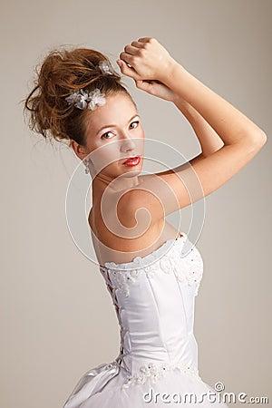 有她的被举的胳膊的新娘