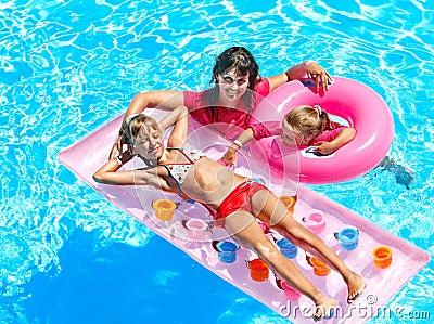 在游泳池的家庭。