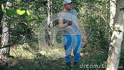 有寻找他的在智能手机的蘑菇充分的篮子的人GPS信号 股票录像