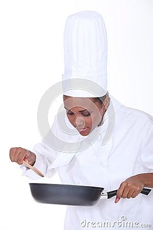 有平底锅的厨师