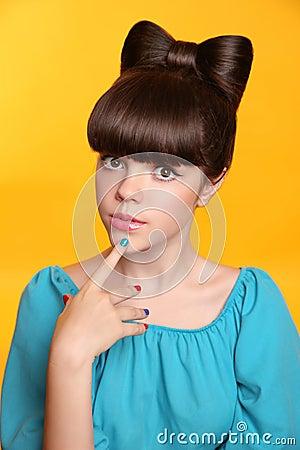 有弓发型和五颜六色的manicu的秀丽时尚青少年的女孩图片