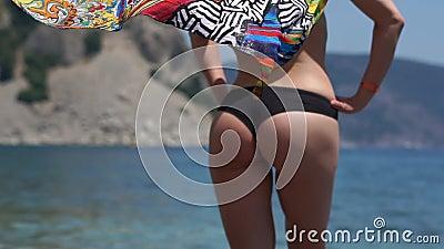 有性感的图的一名妇女在海上的泳装有五颜六色的pareo的,慢动作 影视素材