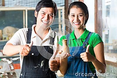 有手工制造瓦器的亚洲人
