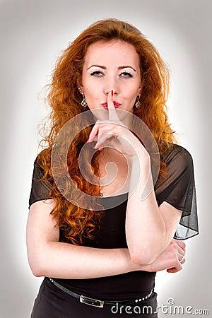 有手指的妇女在嘴