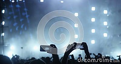 有手机的人们在音乐会 股票视频