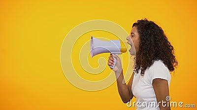 有扩音机的宣布非裔美国人的妇女感觉新闻,商店折扣 股票录像